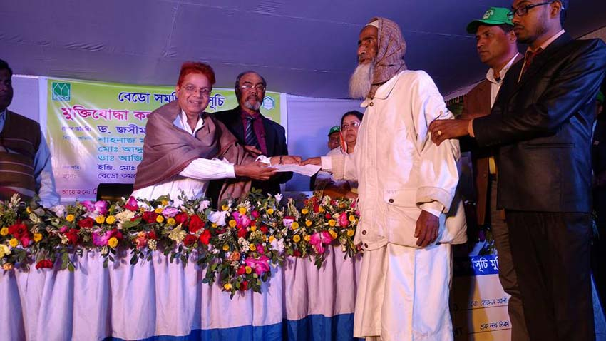 Dr. Md. Jashim Uddin, DMD (Admin) of PKSF handing over a grant cheque to a disadvantaged Freedom Fighter in Naogaon